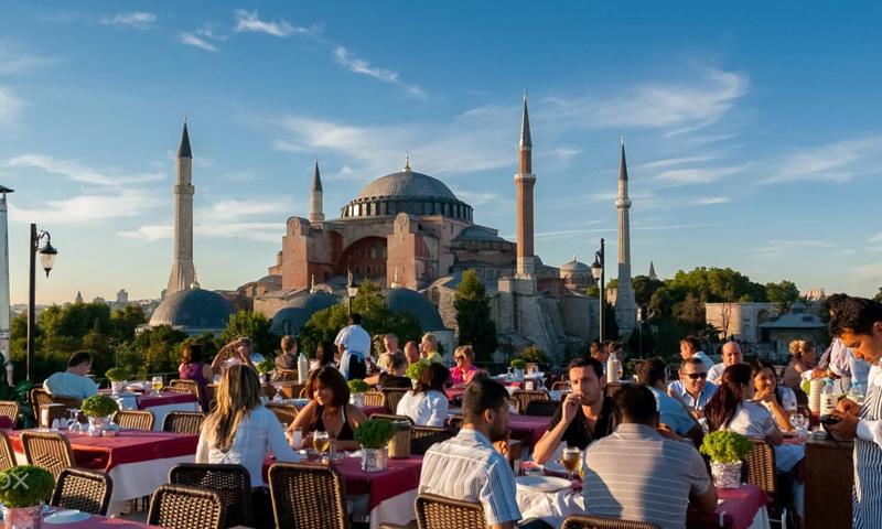 مطعم بالقرب من معلم آية صوفيا في مدينة اسطنبول التركية (ferdoselhayat)