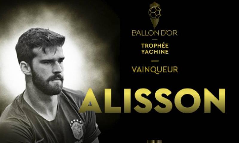 """حارس المنتخب البرازيلي ونادي ليفربول الإنجليزي، أليسون بيكر يحصل على جائزة """"كأس ياشين"""" (فرانس فوتبول)"""
