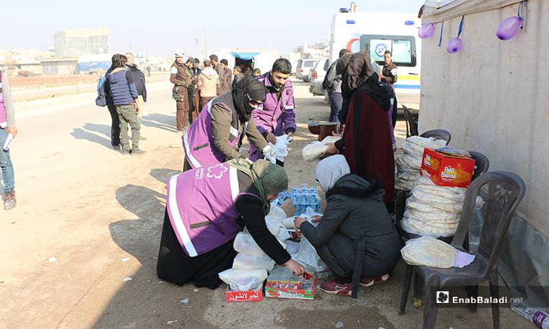 عائلات من ريف إدلب تصل إلى مدينة اعزاز شمالي حلب هربًا من القصف - 21 من كانون الأول 2019 (عنب بلدي)