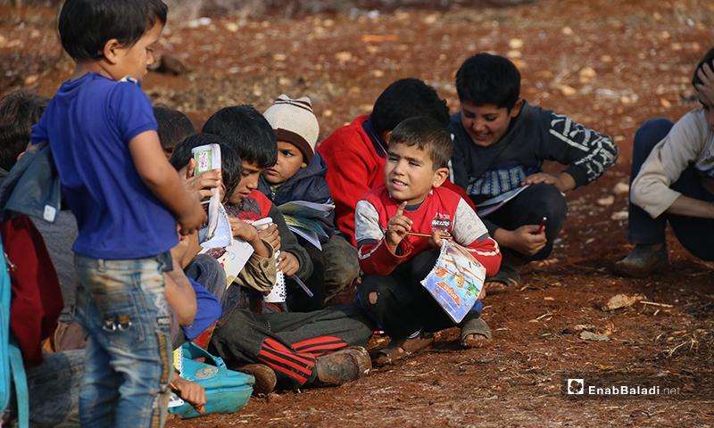 لا وسائل للتدفئة ولا عوازل للماء والطين، تتسخ ملابس الأطفال وترتجف أطرافهم وهم يحاولون استيعاب الدروس