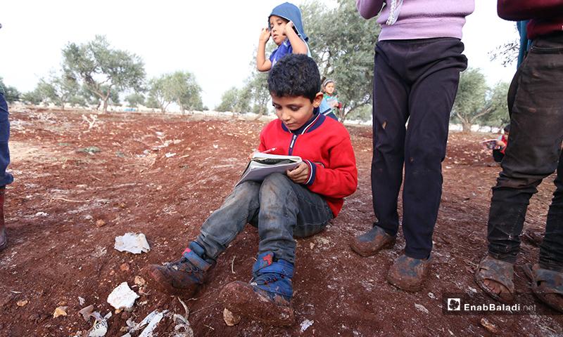 """مدرسة تحت شجر الزيتون في مخيم """"سنجار كهرباء"""" بريف ادلب الشمالي - 3 من كانون الأول 2019 (عنب بلدي)"""