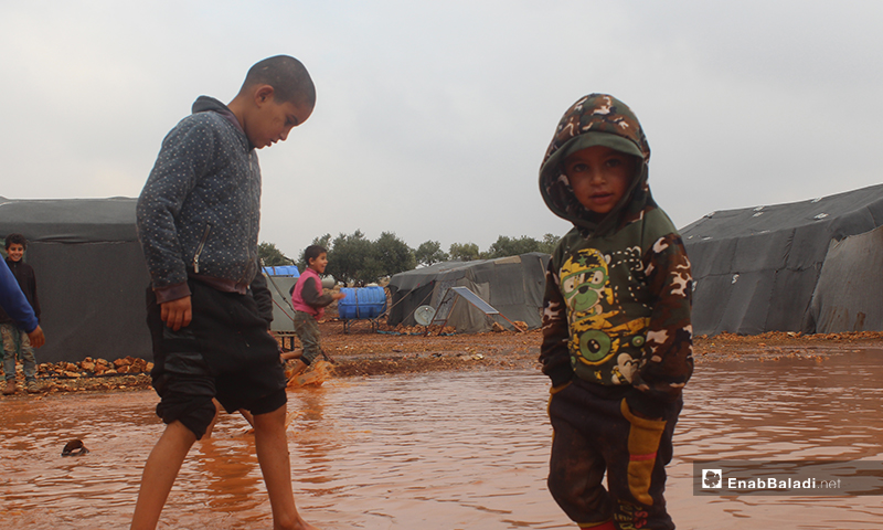 """أمطار غزيرة تقطع الطريق إلى مخيم """"شام 2"""" جنوب غرب كللي بريف إدلب - 5 من كانون الأول 2019 (عنب بلدي)"""
