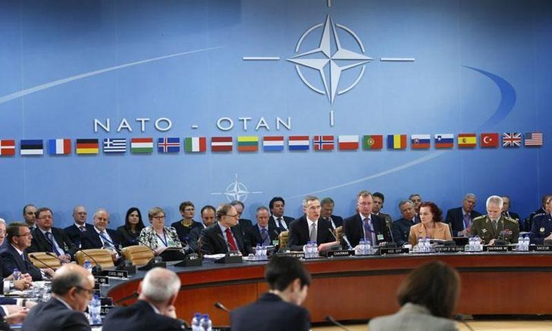 الأمين العام لحلف الناتو ينس ستولتنبرغ (C) يخاطب اجتماع وزراء دفاع الناتو في مقر الحلف في بروكسل في 10 شباط 2016. (رويترز)