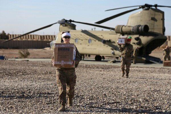 جندي أمريكي يحمل هدايا عيد الميلاد لرفاقه بقاعدة عسكرية بالقرب من حقل العمر النفطي شمال شرقي سوريا -23 كانون الأول 2019 (أسوشيتد برس)