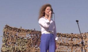 """المطربة الروسية، يوتا المعروفة بـ """"آنّا أوسيبوفا"""" أثناء حفل غنائي للجنود والضباط الروس في دير الزور شرقي سوريا - تشرين الثاني 2019 (قناة زفيزدا)"""