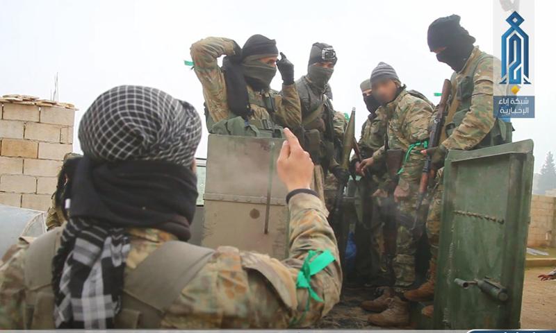 """عناصر من """"هيئة تحرير الشام"""" خلال المعارك على محور البرسة في ريف إدلب (إباء)"""