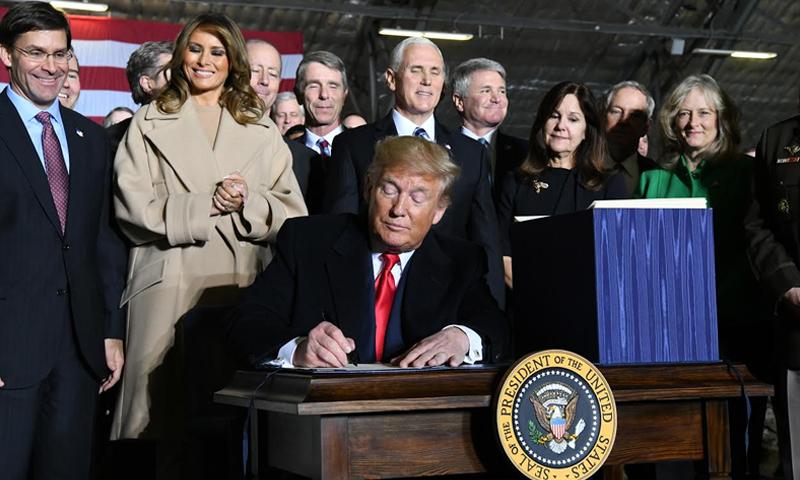 الرئيس الأمريكي، دونالد ترامب، يوقع على موازنة وزارة الدفاع الأمريكية (القوات الجوية الأمريكية)