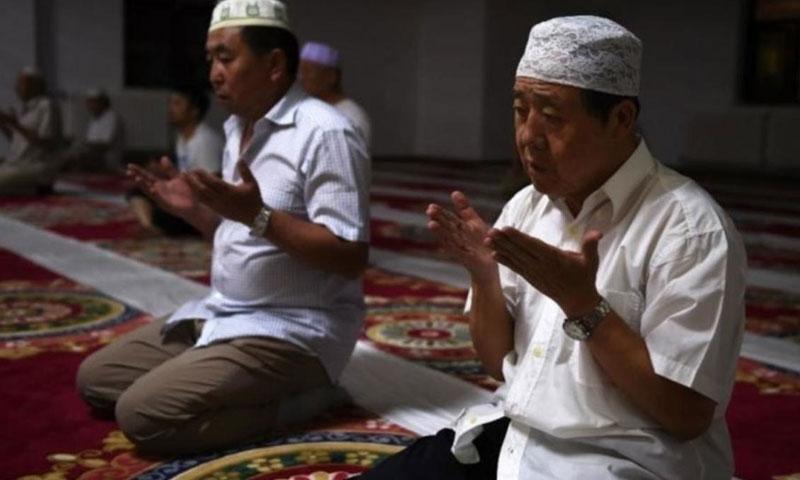 مسلمان من أقلية اليوغور الصينية في أحد المساجد (فرانس24)