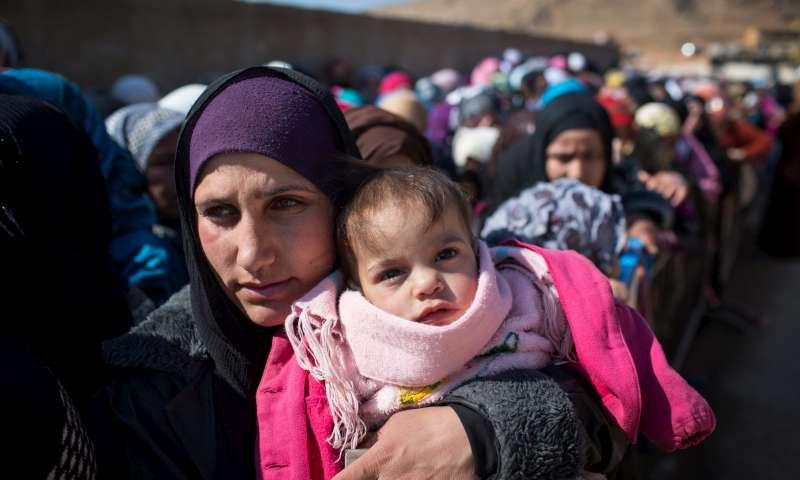 لاجئون سوريون أثناء وصولهم إلى لبنان -14 آذار 2014 (UNHCR)