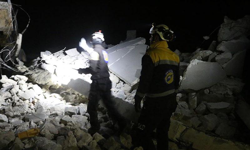 إخلاء الجرحى والقتلى من خبل الدفاع المدني إثر قصف على إدلب -21 كانون الأول 2019 (الدفاع المدني فيس بوك)