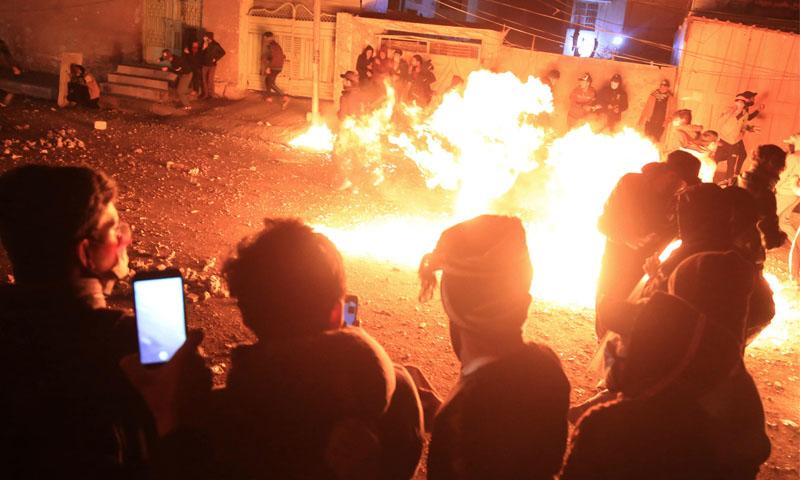 مواجهات بين متظاهرين عراقيين خلال مواجهات مع قوات الأمن في كربلاء -29 تشرين الثاني 2019- (فرانس برس)