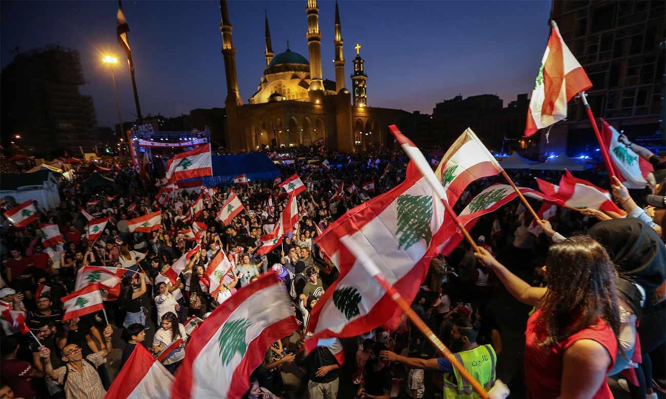 مظاهرات في ساحة الشهداء في بيروت - 27 تشرين الأول 2019 (Nabil Mounzer—EPA-EFE/Shutterstock)