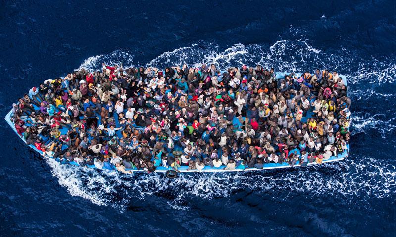 قارب يحمل مهاجرين من إفريقيا إلى أوروبا عبر البحر الأبيض المتوسط - 7 تموز 2014 (بولاريس)
