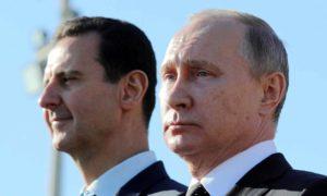 الرئيس الروسي فلاديمير بوتين مع رئيس النظام السوري بشار الأسد في قاعدة حميميم في سوريا - 11 كانون الأول 2017 (رويترز)