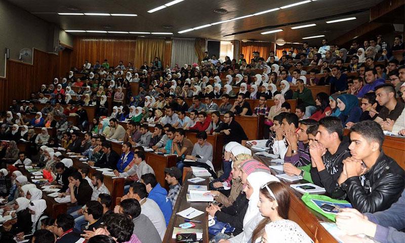 طلاب في جامعة دمشق خلال لقاء مع رئيس الجامعة -27 تشرين الأول 2014 (سانا)