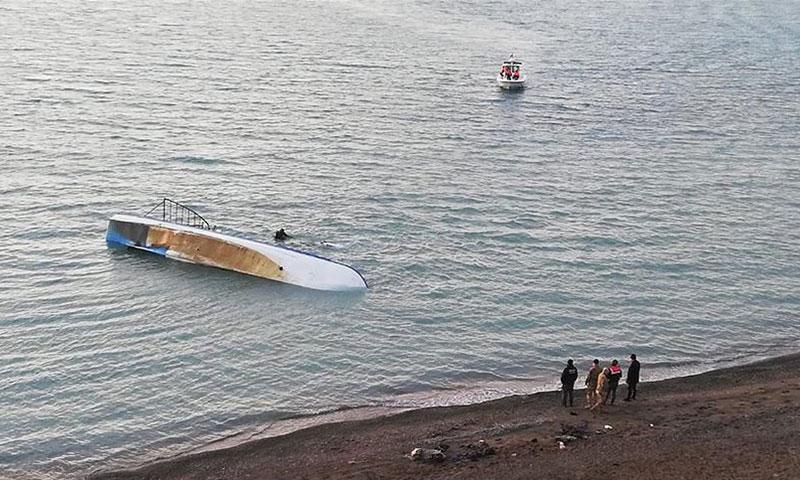"""مصرع 7 مهاجرين جراء غرق قارب في بحيرة """"فان"""" (وكالة الأناضول)"""