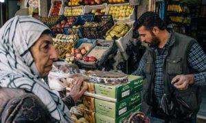 زبونة عند متجر في سوق ضمن مدينة القامشلي - 5 كانون الأول 2019 (The Washington Post)