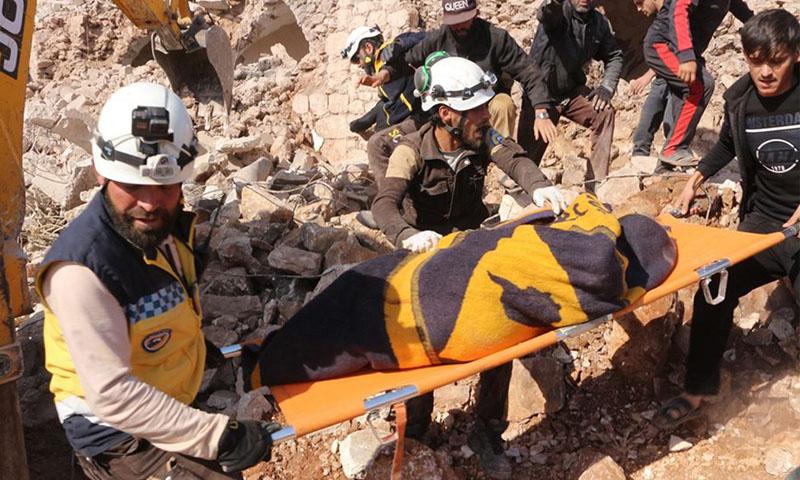 انتشال ضحايا قضوا إثر قصف جوي روسي على قرية الملاجة بريف إدلب الجنوبي -17 تشرين الثاني 2019- (الدفاع المدني)
