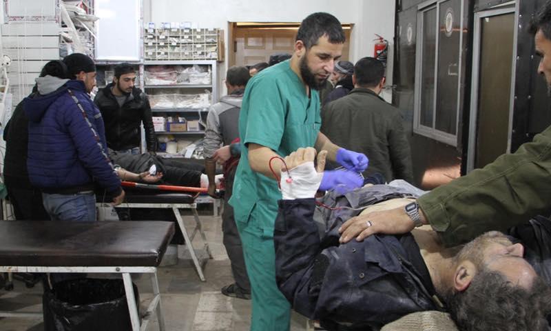 إسعاف الجرحى في مدينة معرة النعمان في إدلب (سامز)