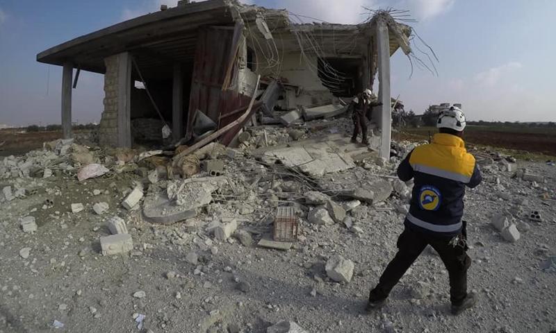 عنصر من الدفاع المدني يتفقد مكان قصف بطيران النظام الحربي بالقرب من بنش (الدفاع المدني)
