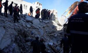 فرق الدفاع المدني في حلب تنتشر جثث الضحايا من تحت أنقاض بناء انهار(شام إف إم)