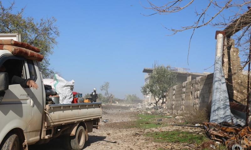 عائلة تنزح وعنصر من الدفاع المدني يتفقد مكان قصف لقوات الاسد في ريف معرة النعمان في إدلب (الدفاع المدني تويتر)