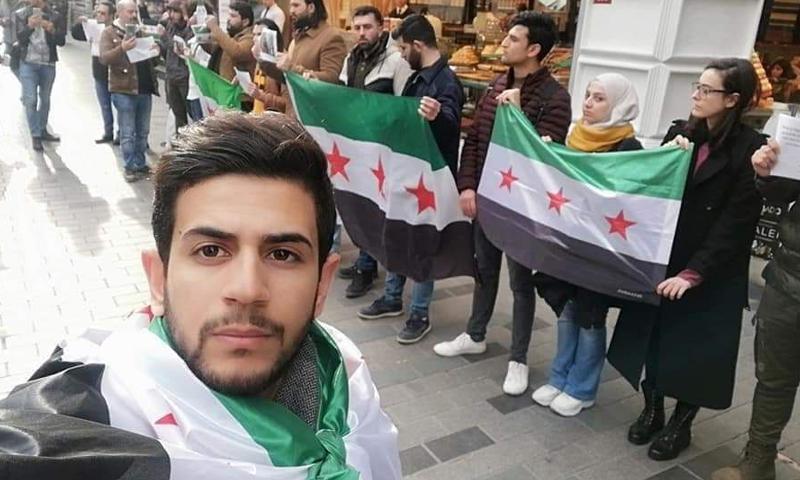 ناشطون سوريون محتجون أمام القنصلية الروسية في مدينة اسطنبول التركية (صفحة أمجد الساري فيس بوك)