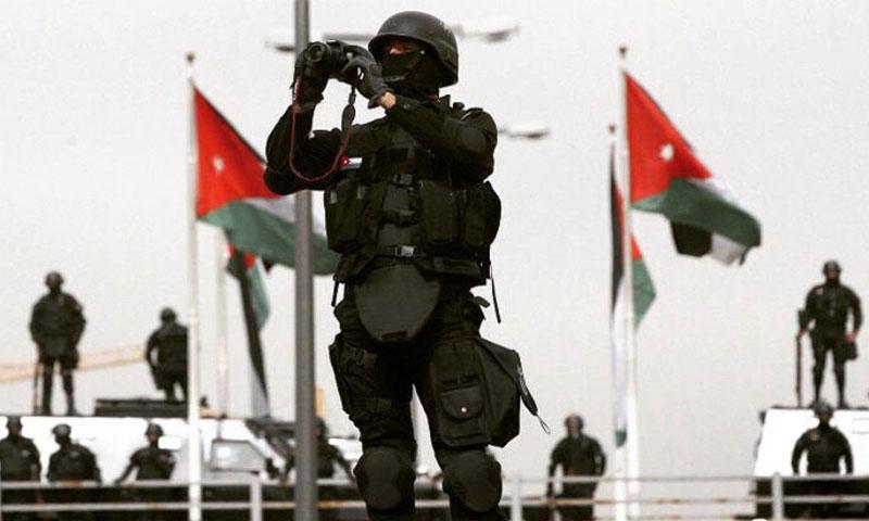 عنصر من قوات الأمن الأردنية (رويترز)
