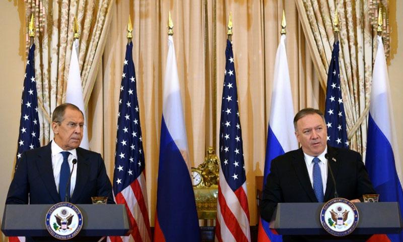 وزير الخارجية الأميركي مايك بومبيو وعن يمينه نظيره الروسي سيرغي لافروف خلال مؤتمر صحافي مشترك في وزارة الخارجية في واشنطن - 10 كانون الأول 2019 (AFP)