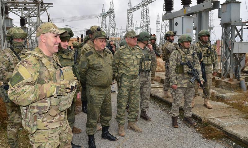عناصر من القوات الروسية والتركية في محطة مخيم مبروك للنازحين (الدفاع التركية)