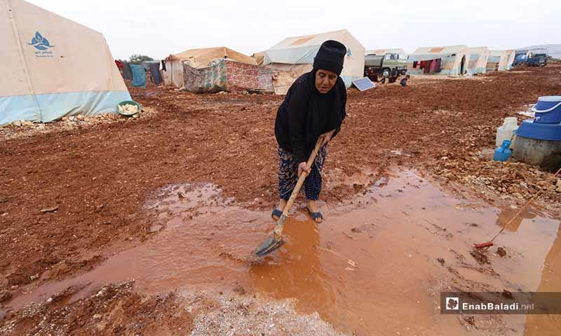 أرّقت الأمطار مريم ما إن بدأت بالهطول على المخيم وطرقاته غير المعبدة التي سرعان ما فاضت وتحولت لأوحال