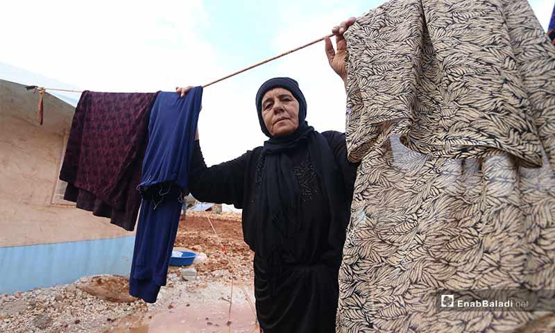 """تعيش مريم الجاسم وحيدة في مخيم """"سنجار كهرباء"""" قرب مدينة سرمدا بعد نزوحها من بلدة سنجار في ريف إدلب الشرقي"""