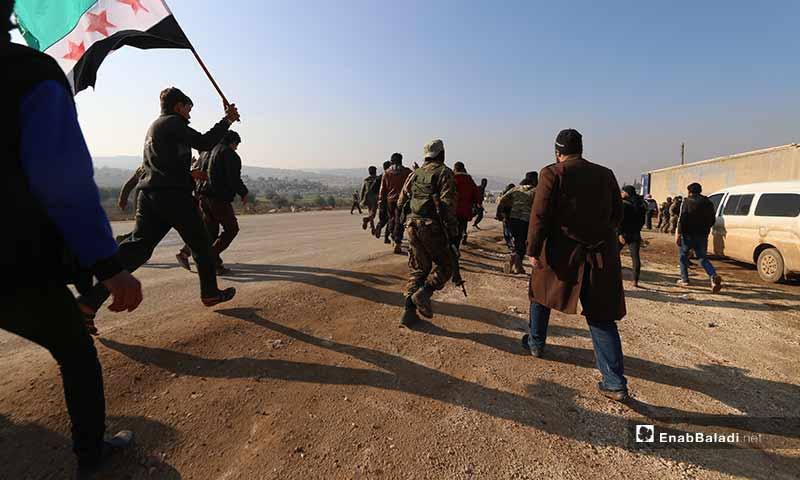 """عناصر """"هيئة تحرير الشام"""" يمنعون متظاهرين من الوصول إلى معبر الهوى الحدودي مع تركيا بريف إدلب الشمالي 20 كانون الأول 2019 (عنب بلدي)"""