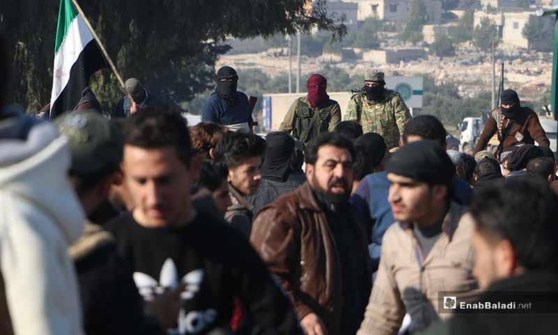 متظاهرين بالقرب من معبر الهوى الحدودي مع تركيا بريف إدلب الشمالي 20 كانون الأول 2019 (عنب بلدي)