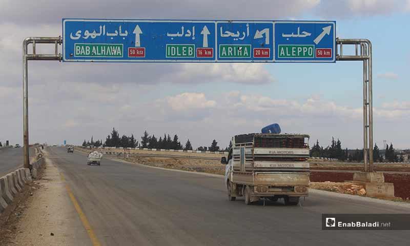 نزوح مدنيين من ريف إدلب الجنوبي والشرقي باتجاه المناطق الحدودية هربًا من القصف الجوي 8 كانون الأول 2019 (عنب بلدي)
