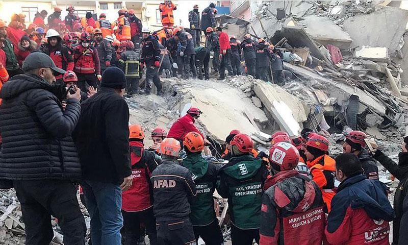آثار دمار المباني جراء زلزال الأزيغ مساء الجمعة 24 من كانون الثاني 2020 - (وكالة الأناضول)