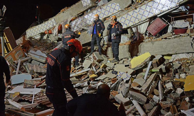 أحد المباني المدمرة جراء زلزال ألازيغ يوم الجمعة 24 من كانون الثاني 2020 - (فرانس برس)