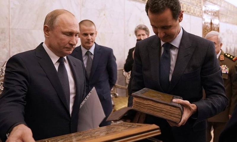 الرئيس الروسي فلاديمير بوتين يهدي المسجد الأموي مصحفًا سلمه لرئيس النظام السوري بشار الأسد - 7 كانون الثاني 2019 (وزارة الأوقاف)