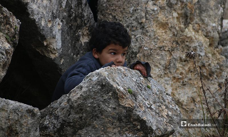 طفل يلعب على آثار دير عمان بريف حلب الغربي - 19 من كانون الثاني 2020 (عنب بلدي)
