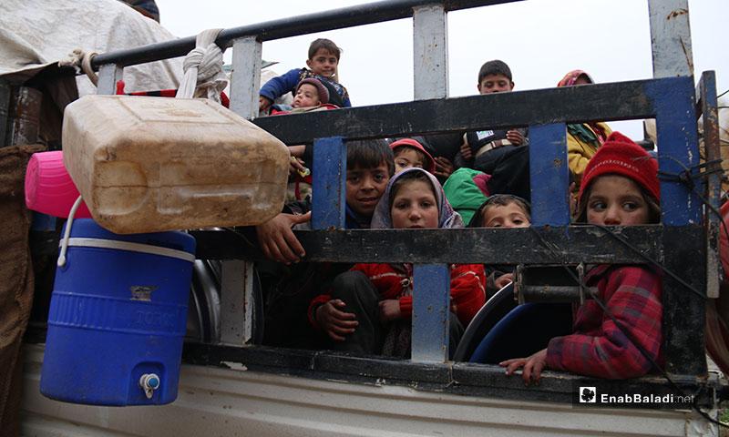 نزوح مئات العائلات من مناطق ريف حلب الغربي باتجاه عفرين واعزاز هربًا من القصف - 18 من كانون الثاني 2020 (عنب بلدي)