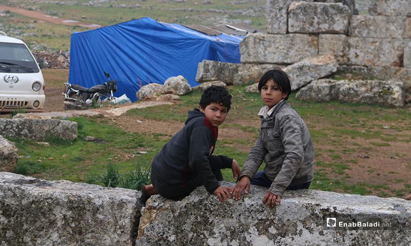 أطفال يلعبون على آثار دير عمان بريف حلب الغربي - 19 من كانون الثاني 2020 (عنب بلدي)