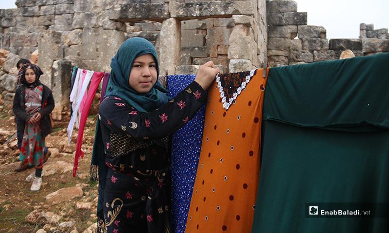 طفلة في منطقة آثار دير عمان بريف حلب الغربي - 19 من كانون الثاني 2020 (عنب بلدي)