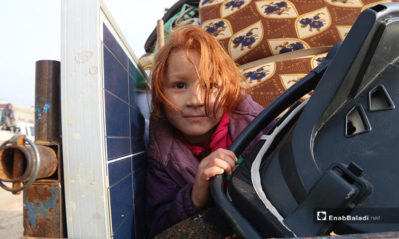 طفلة سورية نازحة من جبل الزاوية جنوبي إدلب نتيجة قصف قوات النظام وروسيا - 27 كانون الثاني 2020 (عنب بلدي)