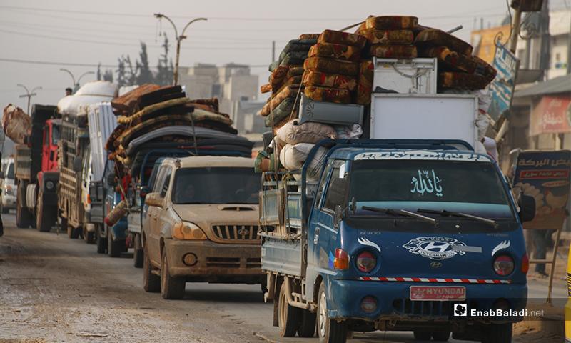 نازحون من جبل الزاوية جنوبي إدلب يحملون ما تبقى متاعهم بعد قصف النظام وروسيا باتجاه المناطق الحدودية - 27 كانون الثاني 2020 (عنب بلدي)
