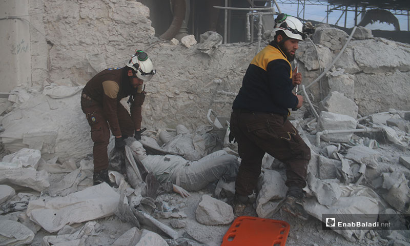 الدفاع المدني يسعف ضحايا استهداف غارة جوية لبلدة كفرناها بريف حلب الغربي - 21 من كانون الثاني 2020 (عنب بلدي)