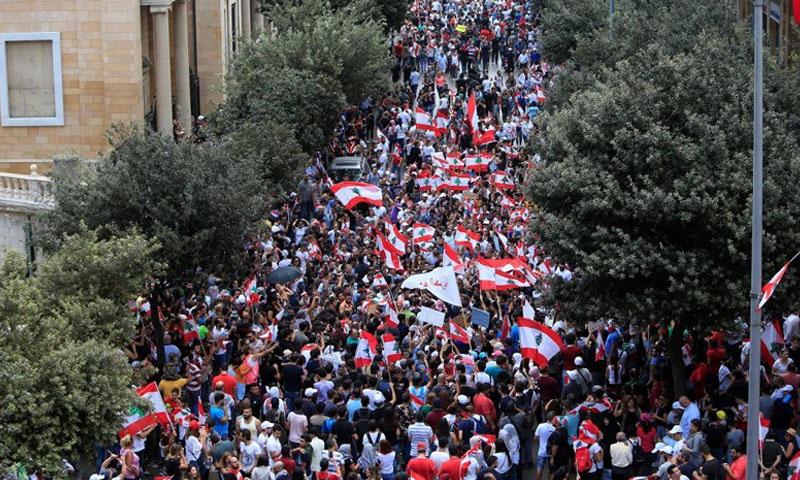 متظاهرون لبنانيون 20 من تشرين الأول 2019 (رويترز)