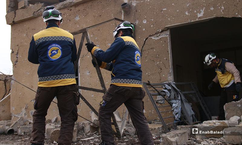 عناصر الدفاع المدني يتفقدون أماكن القصف الروسي على منازل المدنيين غربي حلب -18 كانون الثاني 2020 (عنب بلدي)