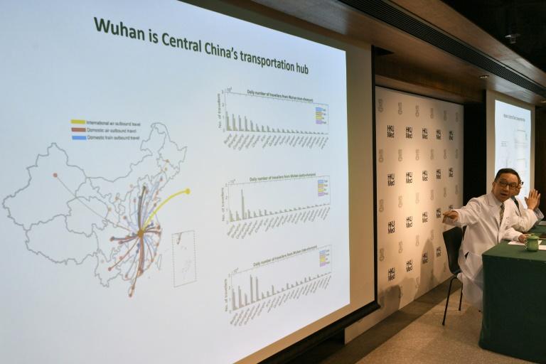أستاذ الطب غابرييل ليونغ متحدثاً انتشار فيروس الكورونا الجديد خلال مؤتمر صحافي في هونغ كونغ- 21 كانون الثاني 2020 (AFP)