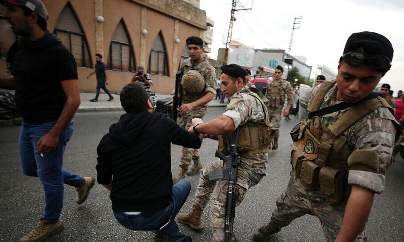 اشتباك الجيش اللبناني مع متظاهرين خلال محاولته فتح الطرقات (رويترز)