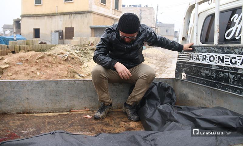 رجل يبكي في أثناء تشييع ضحايا القصف على بلدة الجينة بريف حلب الغربي - 20 من كانون الثاني 2020 (عنب بلدي)
